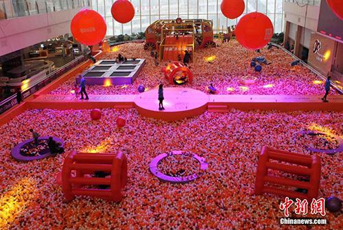 重庆商场巨型海洋球池成市民玩乐天堂