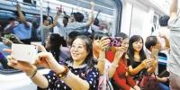 9月20日,几位作家正在轨道交通五号线一期北段体验。 - 重庆新闻网