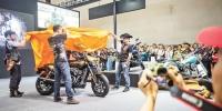 9月22-25日,第十五届中国国际摩托车博览会在重庆悦来国博中心举行。作为亚洲最大的摩托车博览会,本届摩博会吸引了众多全球著名的摩托车厂商,以及来自美国、德国、日本、意大利、西班牙等10多个国家和地区近300家零部件企业参展。图为摩博会现场,哈雷戴维森新款摩托首发。 - 重庆新闻网