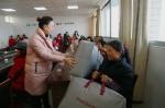 区妇联领导发放慰问品1.jpg - 妇联