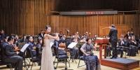 6月22日,国泰艺术中心,演奏家们正在演奏曲目《女人花》。记者 郑宇 摄 - 重庆新闻网