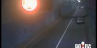 让人窒息的操作!高速路隧道内无油熄火 驾驶员竟逆向推车去加油 - 重庆晨网