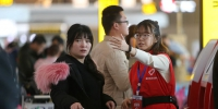 2月16日,重庆机场T3航站楼,志愿者正在指引乘客办理登机手续。春运期间,重庆机场每天安排春运志愿者近100人,为乘客提供咨询、引导等服务,帮助乘客快速登机。记者 罗斌 摄 - 重庆新闻网