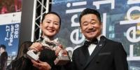 二月十六日,德国柏林,王景春(右)和咏梅在颁奖现场。新华社发 - 重庆新闻网