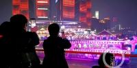 夜经济新消费_山城夜景美如画 游客蜂拥而(3968956)-20200108091823_副本.jpg - 重庆晨网