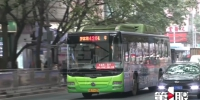 老人突发疾病 公交车司机抱在怀里直到救护车到来 - 重庆晨网