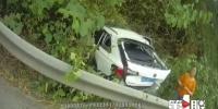 开车打瞌睡冲出路面,越野车报废安全带救命 - 重庆晨网