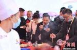 巨型火锅亮相重庆火锅节 民众一同开涮 - 重庆晨网