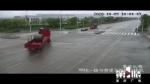 只为抢三秒绿灯 大货车侧翻把路面砸出个坑 - 重庆晨网