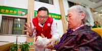 重庆成立首支劳模志愿服务队 探索劳模抱团服务社会新方式 - 新华网